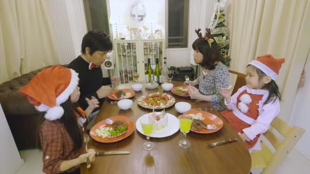 christmas dinner in japan - 子供2人の家庭点の映像素材/bロール