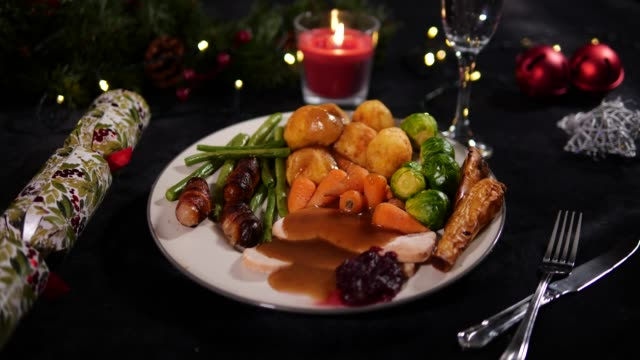 4k dolly: christmas dinner plate / lunch with christmas cracker - christmas decoration stock videos and b-roll footage