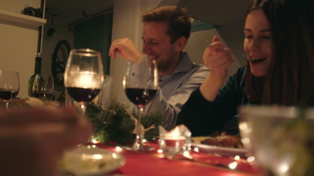 vidéos et rushes de dîner de noël avec des amis. - enjoyment