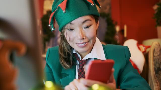 ビデオ電話会議でクリスマスエルフ - エルフ点の映像素材/bロール