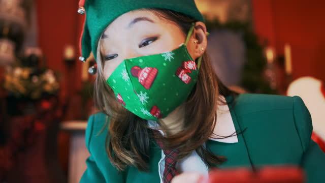 ビデオ電話会議でフェイスマスクを持つクリスマスエルフ - エルフ点の映像素材/bロール