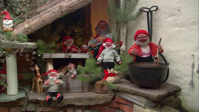 ws christmas elves display / drobak, akershus, norway - エルフ点の映像素材/bロール
