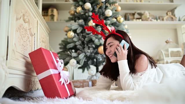 vídeos y material grabado en eventos de stock de christmas enjoy moment. - sólo mujeres jóvenes