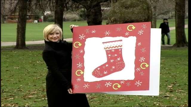 trafalgar square tree taken down / recycle christmas card campaign st james' park jane horrocks posing with large christmas card to promote christmas... - jane horrocks stock videos & royalty-free footage