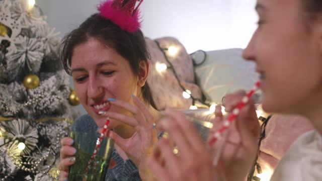 stockvideo's en b-roll-footage met kerstavond thuis - cadeau