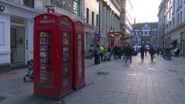 christmas eve shoppers in london; england: london: oxford street / regent street / carnaby street: ext various shots of shoppers in oxford street /... - hugo boss stock-videos und b-roll-filmmaterial