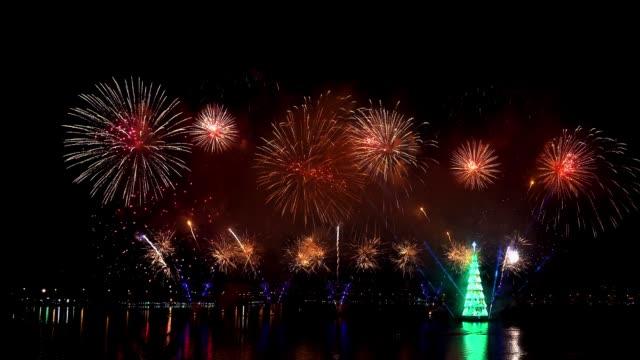 vídeos de stock e filmes b-roll de christmas fireworks in rio de janeiro - árvore de natal