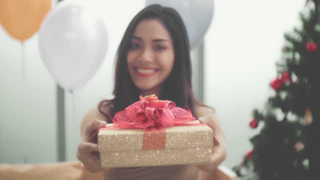 vídeos y material grabado en eventos de stock de cajas de regalo de navidad - dar