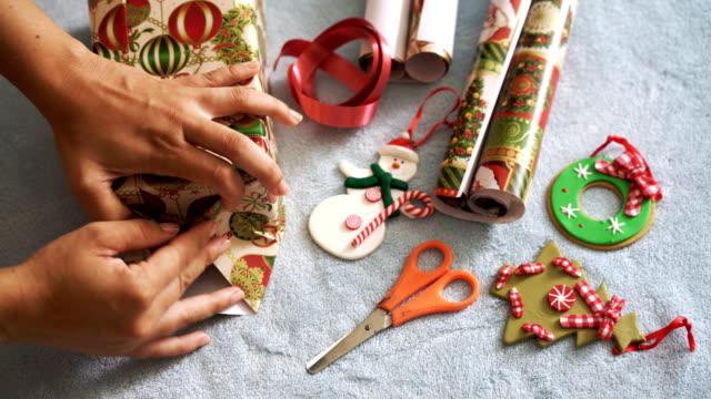 vídeos de stock, filmes e b-roll de presentes de natal  - tesoura