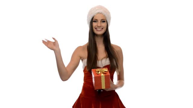 vídeos y material grabado en eventos de stock de chica con un regalo de navidad - mamá noel