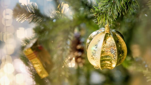 Gouden Kerstbal op boom lus