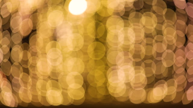 vídeos de stock e filmes b-roll de christmas golden lights bokeh background. - papel de parede