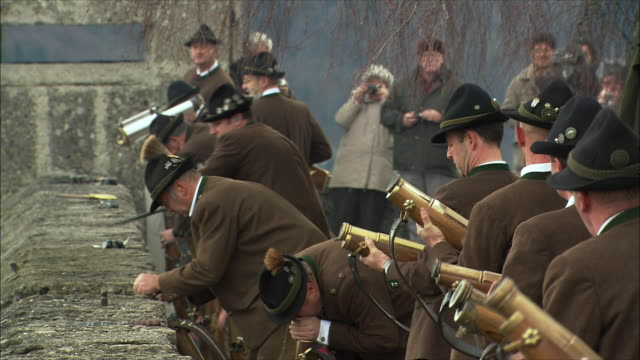 ms christmas gun salute at hohensalzburg fortress, men preparing rifles / salzburg, austria - traditionelle kleidung stock-videos und b-roll-filmmaterial