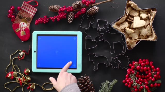 stockvideo's en b-roll-footage met kerst vakantie decoratie. groen scherm digitale tablet - table top shot