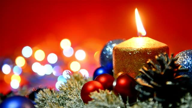 クリスマスホリデーシーズンのデコレーションにキャンドル、宝石、点滅信号 - ティンセル点の映像素材/bロール
