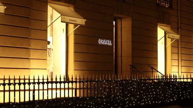 vídeos de stock e filmes b-roll de christmas illumination avenue montaigne. paris. chanel store - chanel