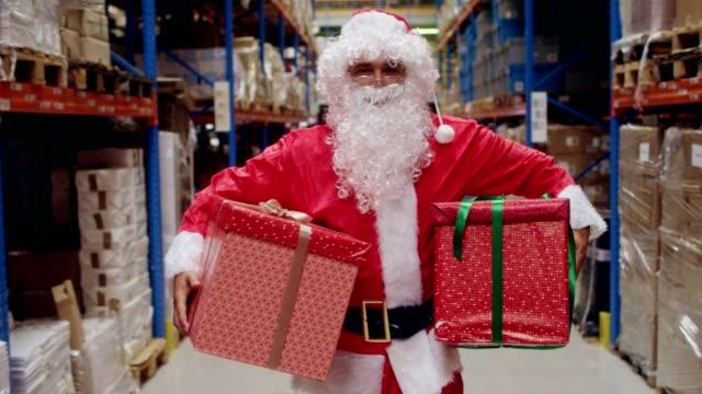 倉庫のクリスマス。サンタ クロース運ぶクリスマス プレゼント - サンタクロース点の映像素材/bロール