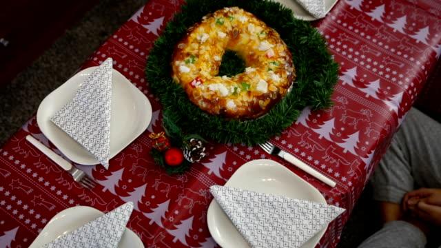 vídeos y material grabado en eventos de stock de christmas in family. siblings sitting at the table waiting to eat roscón de reyes - reyes magos