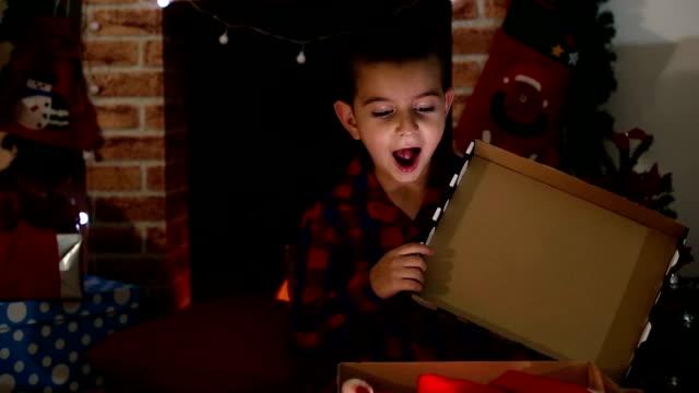 stockvideo's en b-roll-footage met kerstmis is de mooiste tijd van het jaar - cadeau