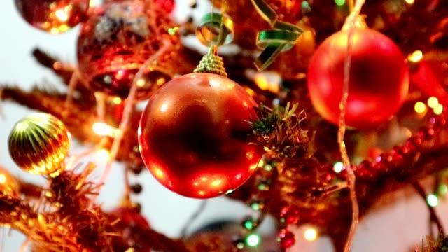 vídeos y material grabado en eventos de stock de christmas lights and balls blinking - arte decorativo
