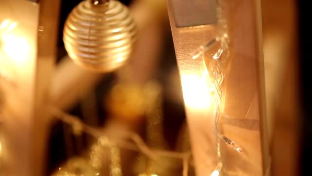 vídeos de stock, filmes e b-roll de luzes de natal e decoração enrolados em escada - decoração