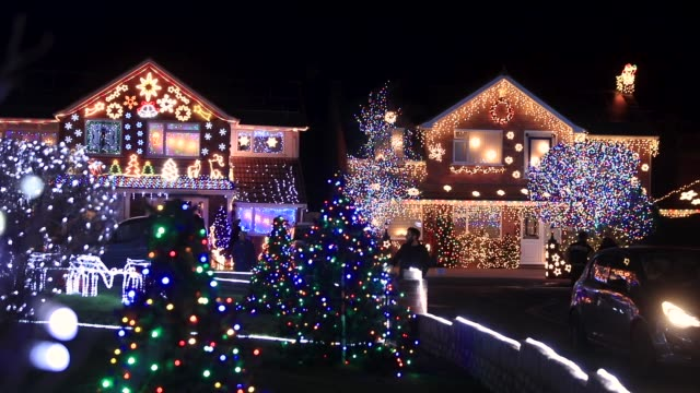 vidéos et rushes de christmas lights are displayed on houses in trinity close in burnham-on-sea on december 18, 2017 in somerset, england. for over 10 years the... - guirlande lumineuse décoration de fête