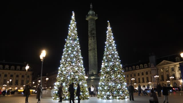 vidéos et rushes de christmas lights are seen at place vendome on december 22, 2019 in paris, france. - sapin