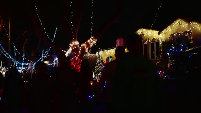 stockvideo's en b-roll-footage met christmas lights decorate suburban homes - kerstverlichting