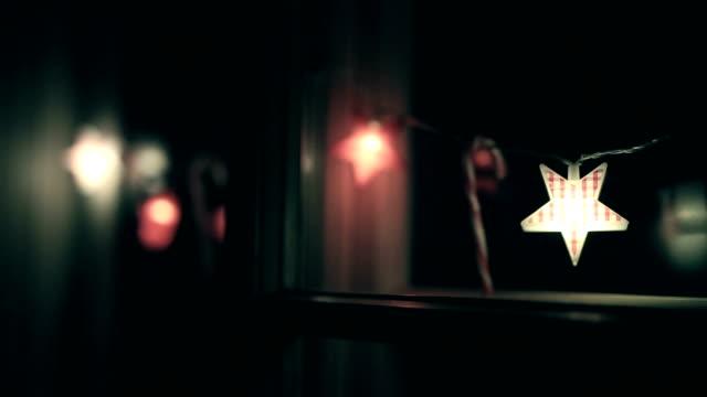 vidéos et rushes de bonbons de noël, étoile de noël, ornements, lumières de noël - allumer