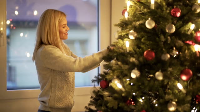stockvideo's en b-roll-footage met christmas lovers - kerstboom versieren