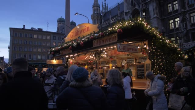 christmas market and new town hall in marienplatz at dusk, munich, bavaria, germany, europe - rathaus stock videos & royalty-free footage