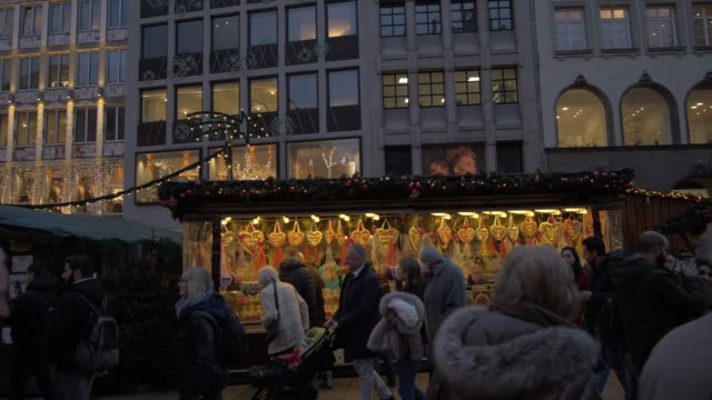 christmas market and old town hall in marienplatz at dusk, munich, bavaria, germany, europe - rathaus stock videos & royalty-free footage