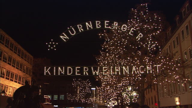 ws td christmas market (kinderweihnacht) at night with entrance sign / nuremberg, bavaria, germany - entrance sign stock videos & royalty-free footage