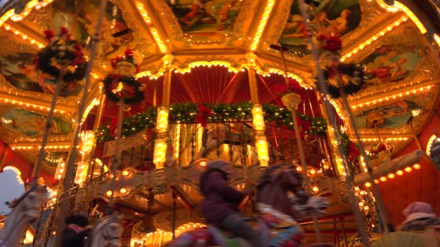christmas market at roemer square, frankfurt, main, hesse, germany, europe - 回転遊具点の映像素材/bロール