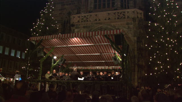 ws tu td christmas market (christkindlesmarkt) choir and audience / nuremberg, bavaria, germany - 賛美歌点の映像素材/bロール