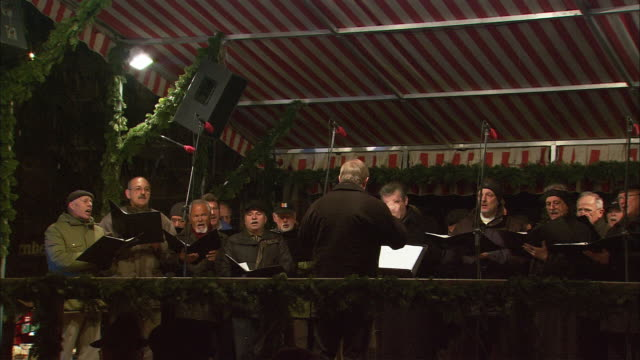 ms christmas market (christkindlesmarkt) choir / nuremberg, bavaria, germany - 賛美歌点の映像素材/bロール