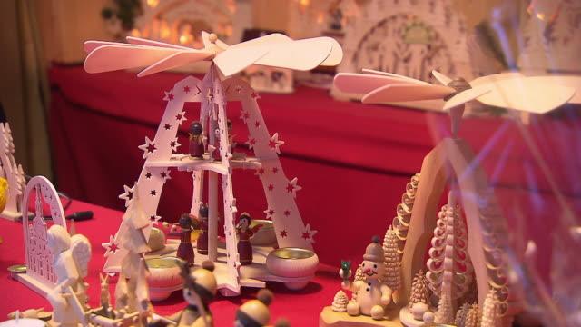 stockvideo's en b-roll-footage met christmas market, christmas decoration - vrouwelijke gestalte