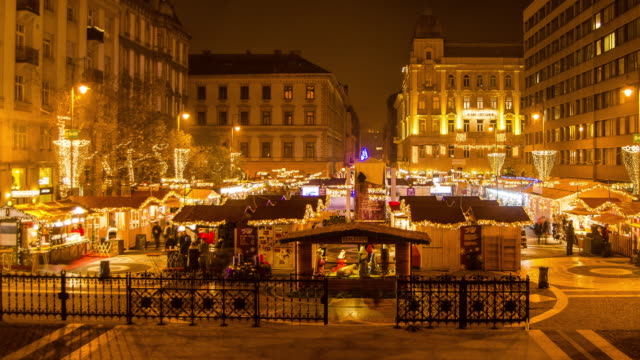 christmas market hyperlapse timelapse at night in budapest, hungary, europe. - time-lapse - budapest点の映像素材/bロール