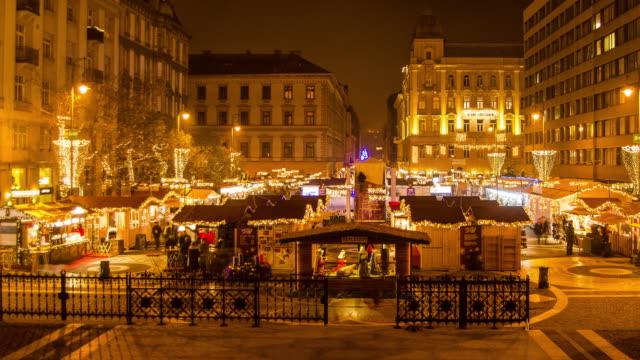 christmas market hyperlapse timelapse at night in budapest, hungary, europe. - time-lapse - budapest video stock e b–roll