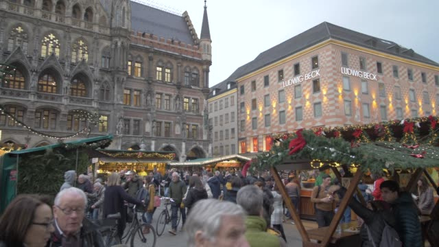 christmas market in marienplatz at dusk, munich, bavaria, germany, europe - rathaus stock videos & royalty-free footage