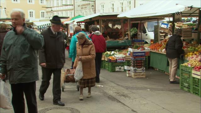 vidéos et rushes de ws pan christmas market in town square / salzburg, austria - austria