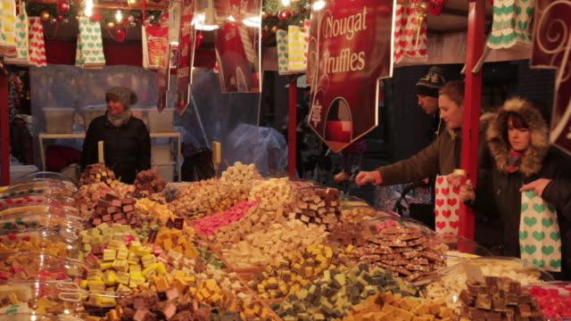christmas market off albert square, colourful fudge stall, manchester, lancashire, england, united kingdom  - kuchen und süßwaren stock-videos und b-roll-filmmaterial