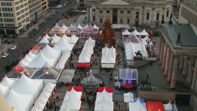 vídeos y material grabado en eventos de stock de mercado navideño - centro de berlín