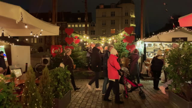 vídeos de stock e filmes b-roll de christmas markets in nyhavn, copenhagen, denmark, on december 18, 2018. - região de oresund