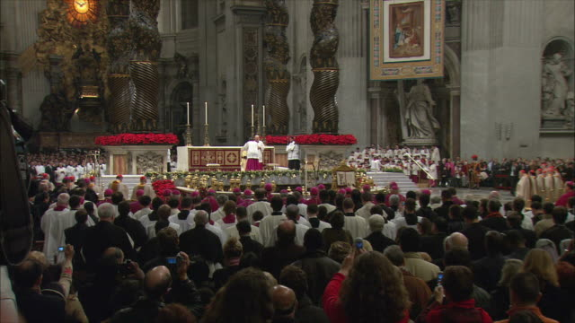 ws zi christmas midnight mass at st peter's basilica / vatican city, vatican - messen stock-videos und b-roll-filmmaterial