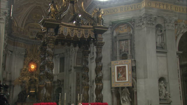 vidéos et rushes de ws td christmas midnight mass at st peter's basilica / vatican city, vatican - minuit