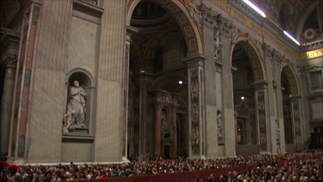 ws td christmas midnight mass at st peter's basilica / vatican city, vatican - messen stock-videos und b-roll-filmmaterial