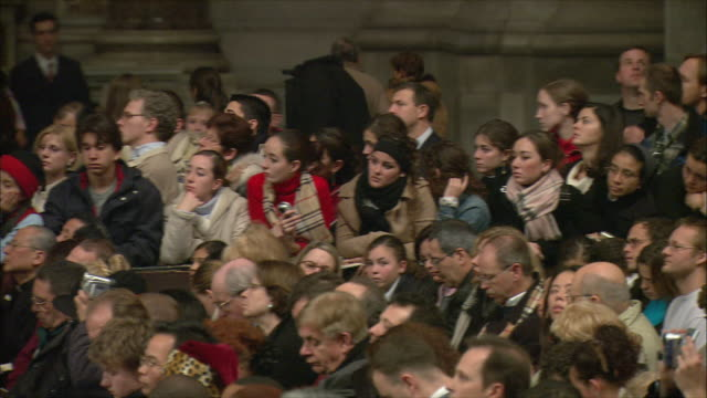 vidéos et rushes de ms pan christmas midnight mass at st peter's basilica / vatican city, vatican - minuit