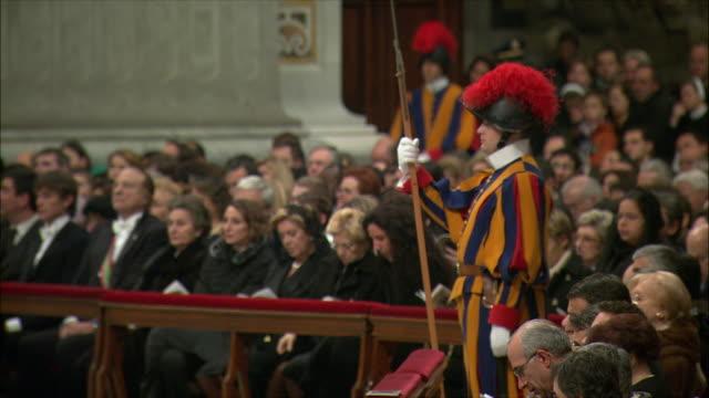 vídeos de stock e filmes b-roll de ms christmas midnight mass at st peter's basilica / vatican city, vatican - cara para baixo