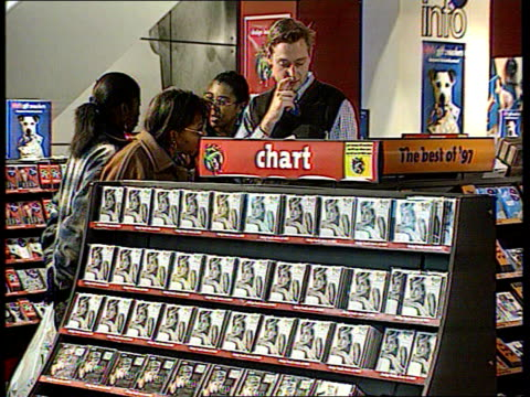 vidéos et rushes de christmas number one record battle itn london ext hmv record store people shopping within store diana princess of wales tribute album on shelves dan... - store